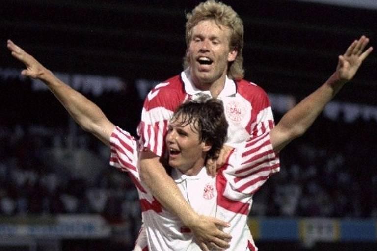 Lars Elstrup (abaixo) comemora o segundo gol dinamarquês sobre a França, que colocou a seleção na semifinal