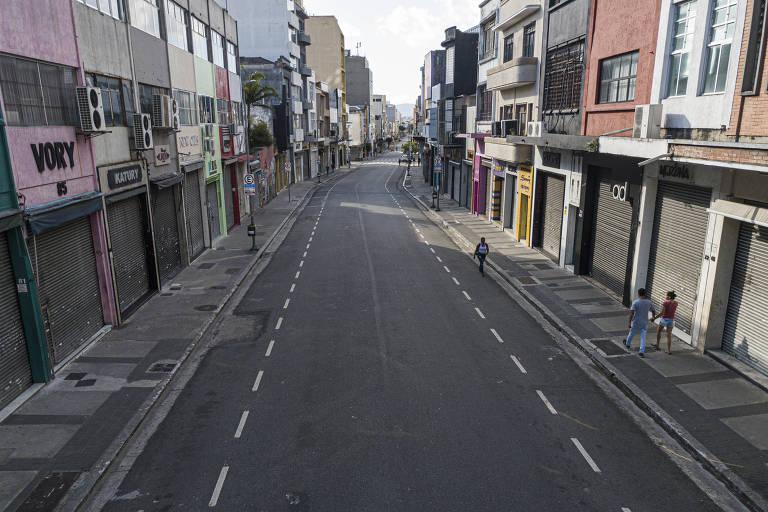 Rua José Paulino, no Bom Retiro, completamente vazia na tarde do dia 24 de março, devido ao fechamento do comércio por causa da pandemia do novo coronavírus