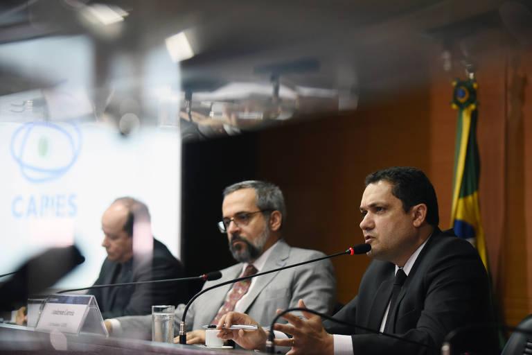 Anderson Ribeiro Correia, à direta, durante cerimônia com o ex-ministro da Educação Abraham Weintraub