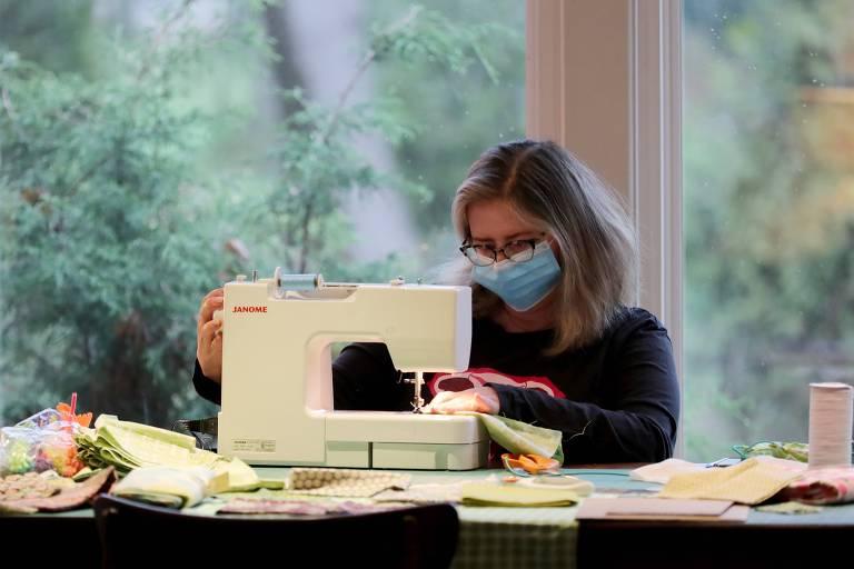 Americana faz máscaras de pano em sua casa