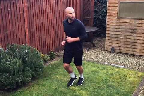 James Campbell, de Cheltenham, corre o equivalente a uma maratona em seu quintal, para arrecadar dinheiro para instituições de caridade do NHS