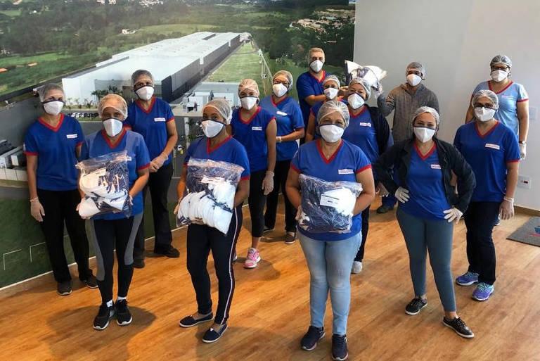 Funcionários da ApoloSpuma, fábrica de colchões de Itu que passou a produzir máscaras para doar