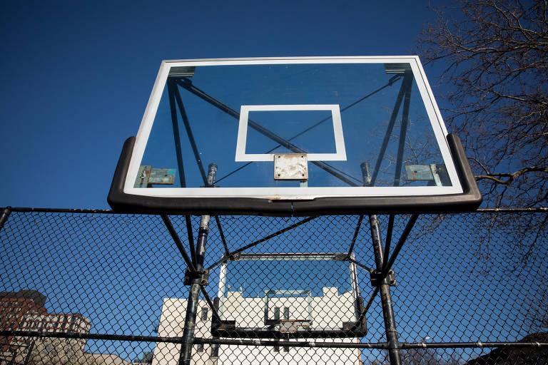 Tabela de basquete sem aro, retirada pela Prefeitura da Nova York, para evitar contágio de coronavírus