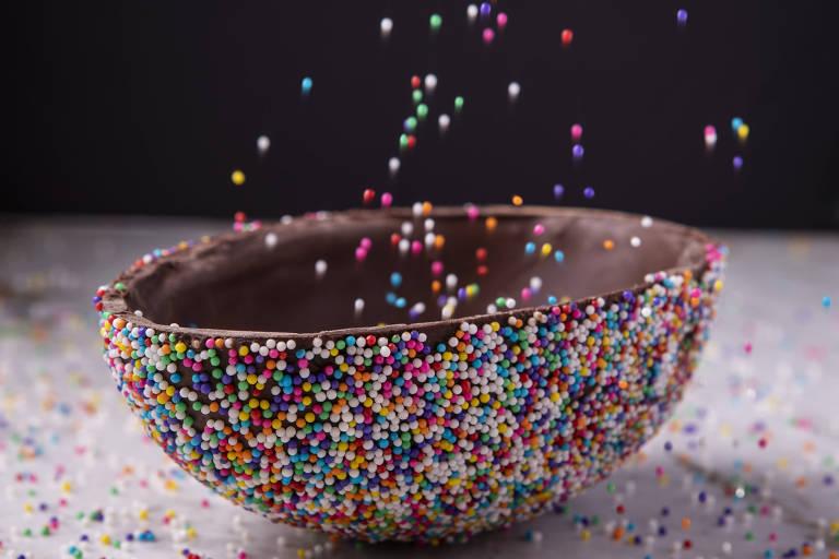 Casca de chocolate no sabor confetti da Confeitaria Dama para a Páscoa