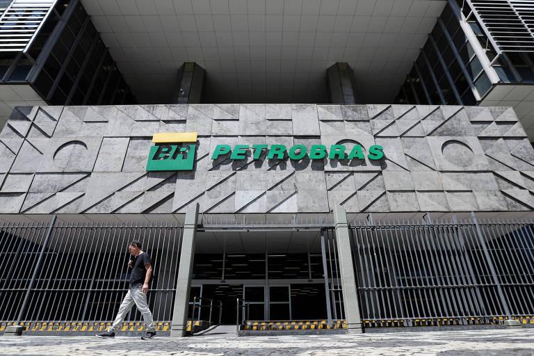 Um homem passa na frente da sede da Petrobras, no Rio de Janeiro