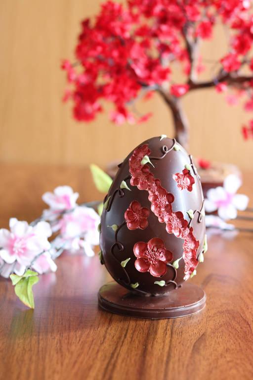 Ovo esculpido com flores de cerejeira (sakura) da confeitaria Hanami