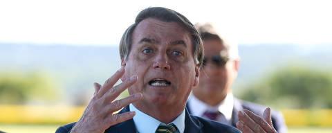 BRASILIA, DF,  BRASIL,  02-04-2020, 08h00: O presidente Jair Bolsonaro fala com apoiadores e com a imprensa ao sair do Palácio da Alvorada, ao lado do Ministro Luiz Eduardo Ramos (Secretaria de Governo). (Foto: Pedro Ladeira/Folhapress, PODER)