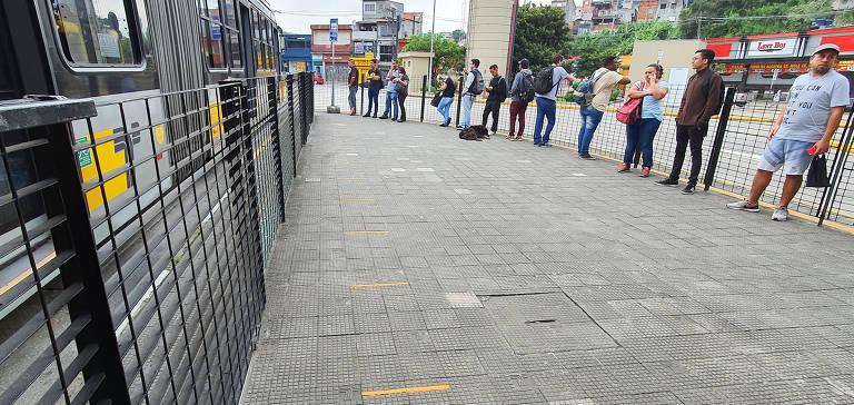 Terminais em SP têm demarcações na plataforma, mas ônibus enche