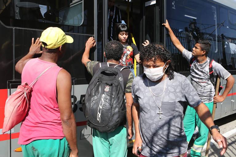 Passageiros embarcam em ônibus na estação Guaianases da CPTM, na zona leste de SP