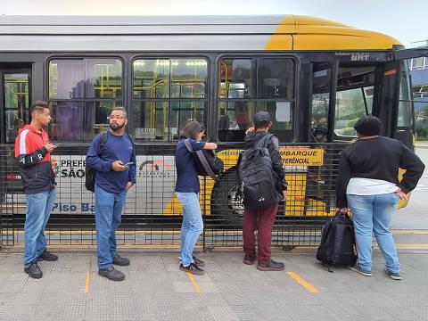 SAO PAULO, SP, 02/04/2020, BRASIL - CORONAVIRUS - PANDEMIA - 06:33:31 - Prefeitura comecou a pintar no chao dos terminais marcacoes em amarelo para que as pessoas mantenham distancia umas das outras nas filas de espera pelos onibus. Usuarios formam fila no ponto da linha 4313-10, no Terminal Cidade Tiradentes, na zona leste. Rivaldo Gomes/Folhapress, NAS RUAS