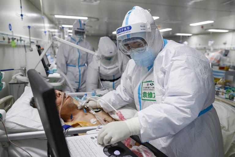 Em Wuhan, médico atende paciente que necessita de respirador, tipo de tecnologia buscada na China por governadores brasileiros