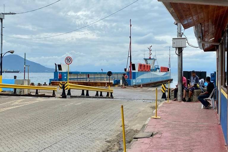 Área destinada a embarque para pedestres na balsa para Ilhabela, após bloqueio de entrada de turistas, em março