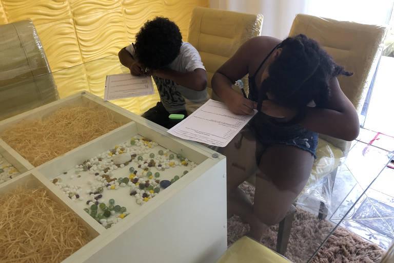 Na periferia de SP, mães tentam driblar falta de material para ensino a distância