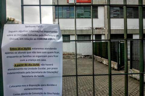 Comunicado no portão de creche de Osasco avisa da suspensão das aulas