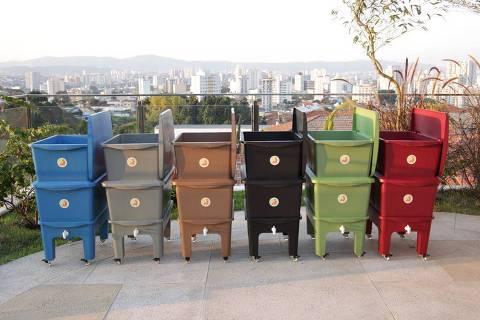 Composteira Humi, que recebeu Medalha de Prata no Brasil Design Award 2018, na categoria Produto de Impacto Positivo, e é feita de caixa longa vida reciclada