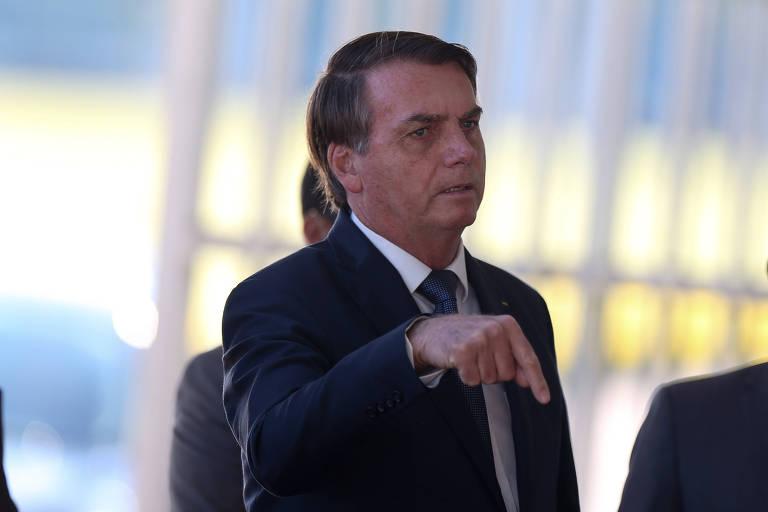 O presidente Jair Bolsonaro fala com apoiadores ao sair do Palácio da Alvorada