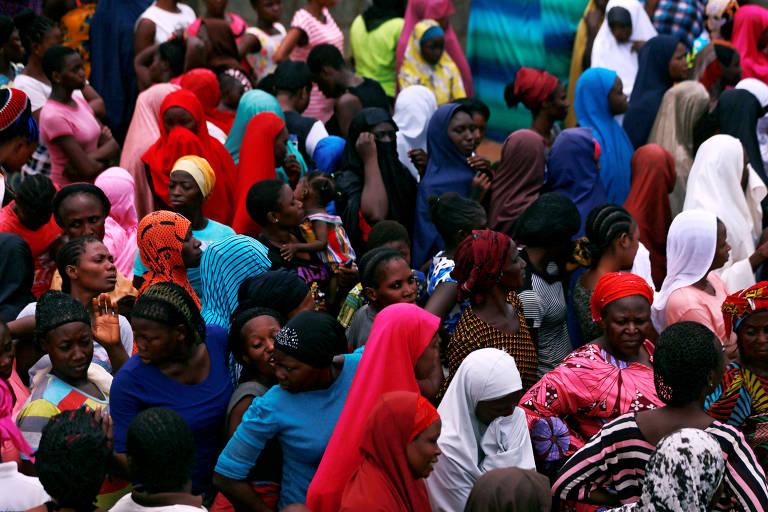 Mulheres se aglomeram para receber ajuda