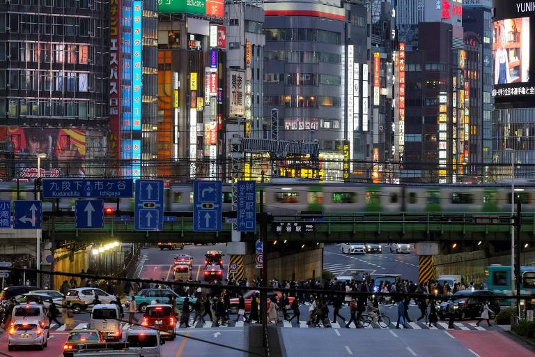 Rua próxima ao distrito de Kabukicho, em Tóquio