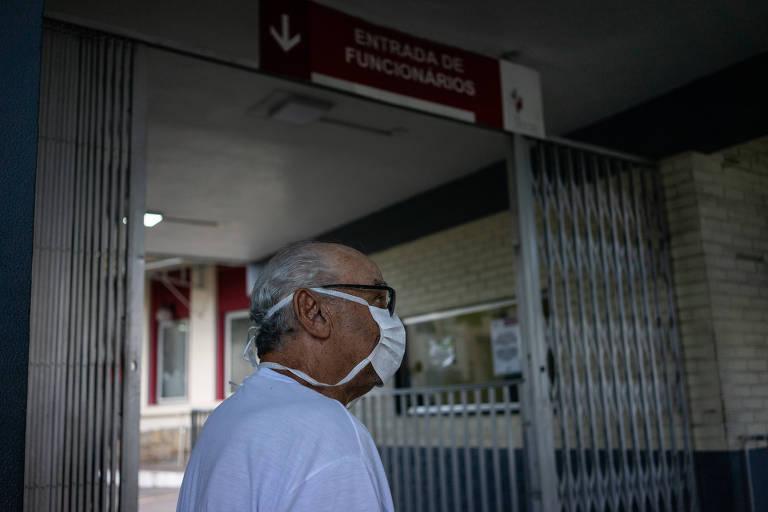 Idoso com suspeita de coronavírus busca atendimento nessa manhã de sexta feira (03) no Hospital de Bonsucesso, no Rio