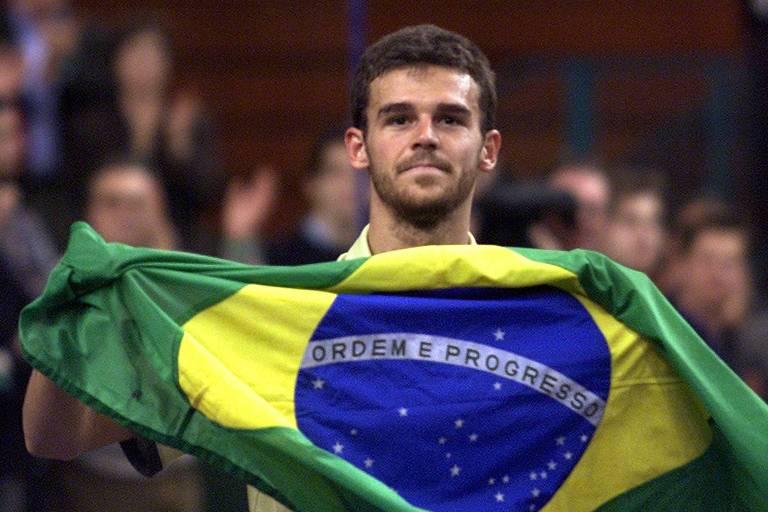 Guga comemora com a bandeira do Brasil após a vitória sobre o americano Andre AGassi