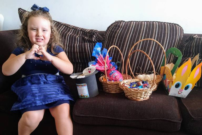 Clara, 4, adora achar os ovinhos pela casa escondidos pelos pais Gilson Luis Geiger e Letícia Modrzejewski Geiger