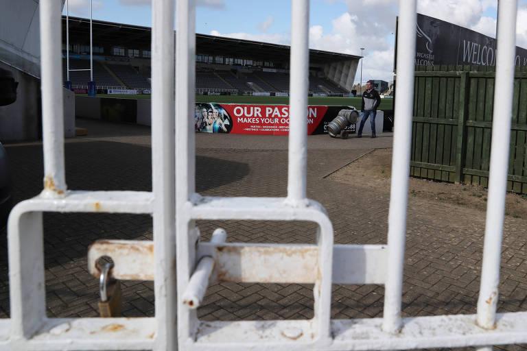 Estádio fechado na Inglaterra, um dos países que interrompeu o futebol em março por causa do coronavírus