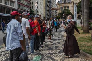 Moradores de rua em fila por comida em SP