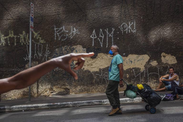 Moradores de rua aguardam horas por marmita em SP