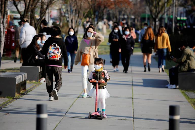 pessoas andam na calçada