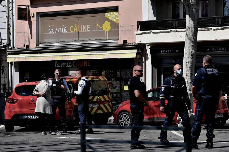 Policiais em rua do centro de Romans-sur-Isère, no sudoeste da França, onde um homem matou duas pessoas a faca e feriu outras sete
