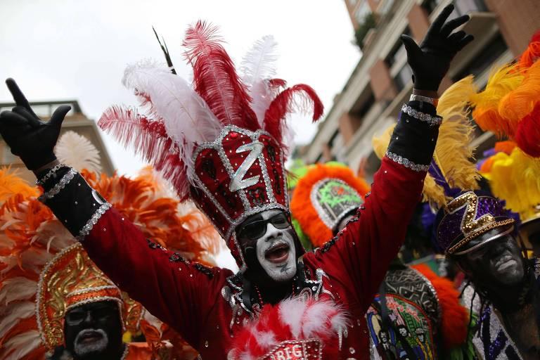 Folião celebra o Carnaval de Nova Orleans no último dia 25 de fevereiro