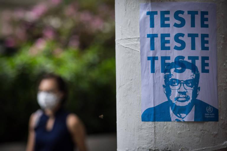 Rua em frente ao Hospital das Clínicas, em São Paulo, com cartaz que remete à fala do diretor-geral da OMS