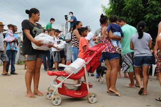 Empresários distribuiem cestas básicas para moradores do Bairro Gleba B em Campinas.