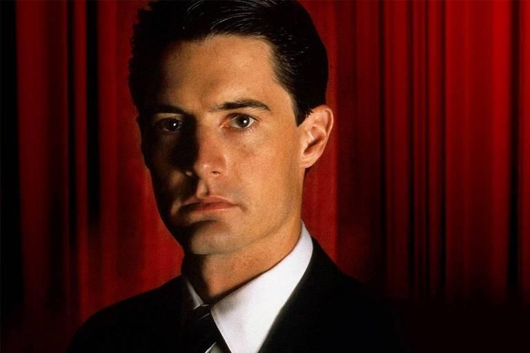 "Ator Kyle MacLachlan caracterizado como o personagem Dale Cooper, da série ""Twin Peaks"" (1990)"