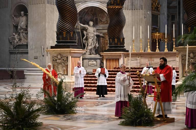 Papa segura ramo durante missa a portas fechadas na basílica de São Pedro