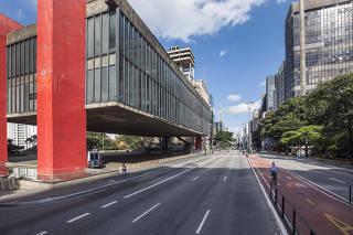 MASP  e Av Paulista com pouco movimento de pessoas e veiculos as 15h10  (trafico liberado para evitar aglomeracoes)  afetada pela pandemia do coronavirus.