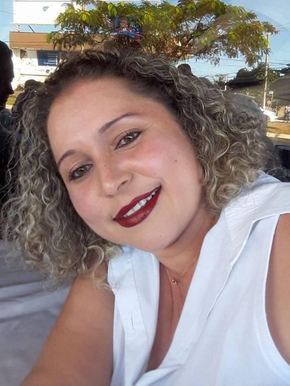 Mulher com blusa branca e cabelo cacheado