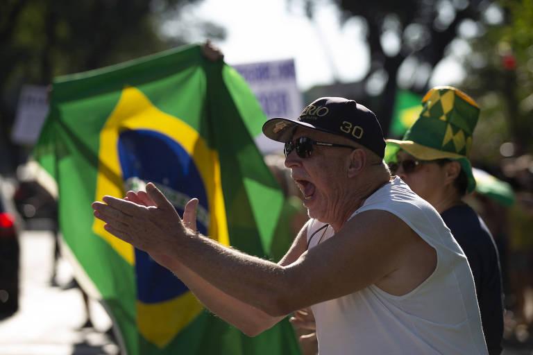 Manifestantes bolsonaristas com bandeiras do Brasil pedem o fim do isolamento em São Paulo