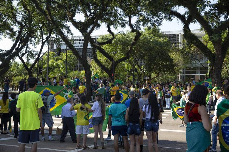 Simpatizantes do presidente Jair Bolsonaro se aglomeram em manifestação contra a quarentena em São Paulo