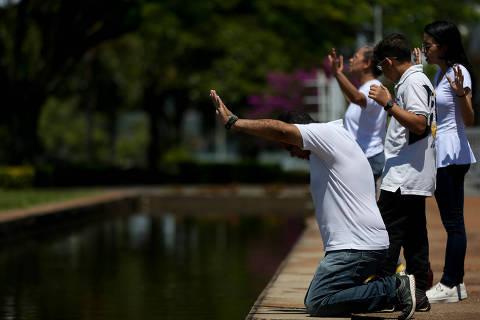 BRASILIA, DF,  BRASIL,  05-04-2020, 12h00: Evangélicos fazem orações em frente ao Palácio da Alvorada, como parte de um movimento chamando fiéis de todo Brasil para jejuarem durante o domingo em prol do país. (Foto: Pedro Ladeira/Folhapress, PODER)