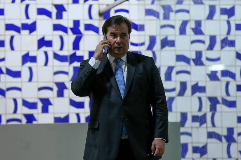 Presidente da Câmara, Rodrigo Maia, fala ao telefone