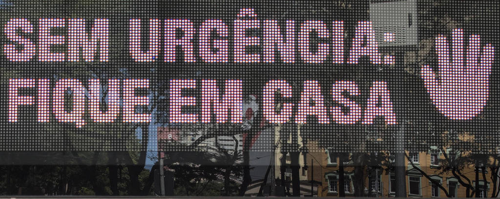 Relógio na esquina das ruas Direita com 15 de Novembro, no Centro de São Paulo, orienta população a ficar em casa