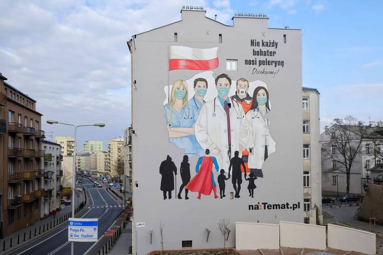 Grafite em prédio mostra médicos sob a bandeira da Polônia