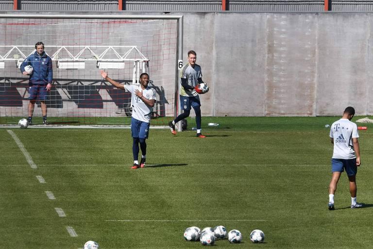 Jogadores do Bayern, em pequenos grupos, de volta aos treinos para o possível reinício do Campeonato Alemão