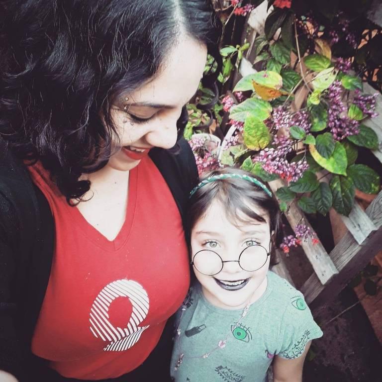 Janaina Quitério, que relata exaustão para conciliar tarefas no isolamento, ao lado da filha