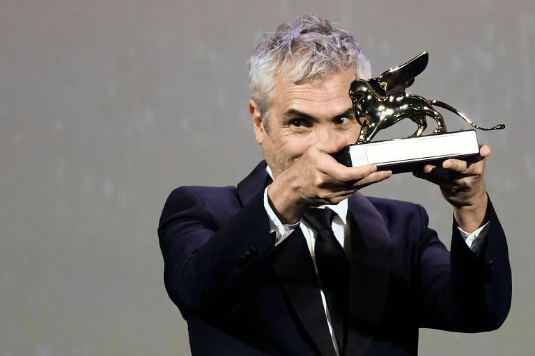 """Alfonso Cuarón, diretor de """"Roma"""", com o Leão de Ouro de 2018, o prêmio máximo do evento"""