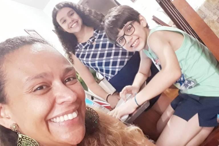 Fernanda Oening do Carmo, 40, ao lado dos filhos, Clara, 10, e Theo, 8