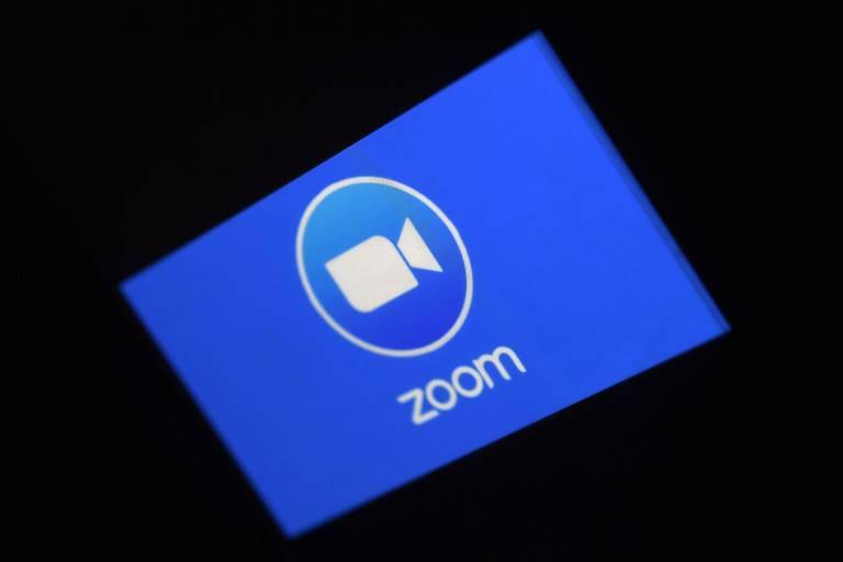 Logo da Zoom em uma tela com fundo azul
