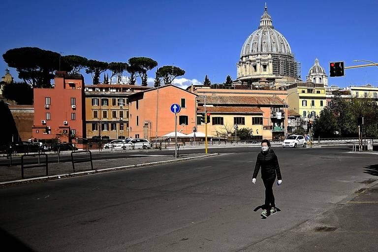 Mulher caminha em Roma, nesta segunda-feira (6). O país está em lockdown para controlar a pandemia do coronavírus