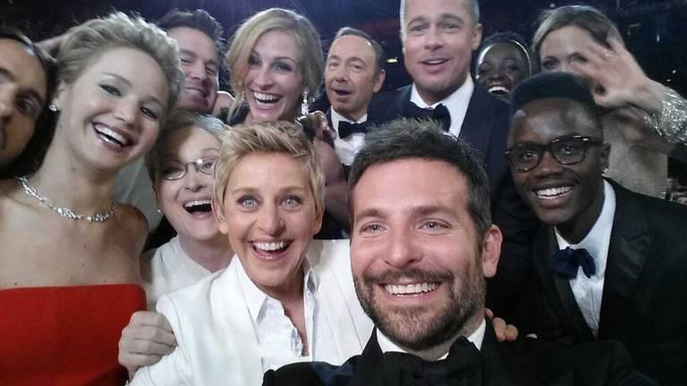 magem postada pela apresentadora do Oscar, Ellen DeGeneres (linha inferior, 4º L) em sua conta do Twitter mostra estrelas de cinema, incluindo Jared Leto, Jennifer Lawrence, Meryl Streep (linha inferior L-3ª L), Channing Tatum, Julia Roberts, Kevin Spacey e Channing Tatum. Brad Pitt, Lupita Nyong'o, Angelina Jolie (linha superior LR) e Bradley Cooper (linha inferior, 2ª R), bem como o irmão de Nyong'o Peter (linha inferior, R), posando para uma foto tirada por Cooper na o 86º Oscar em Hollywood, Califórnia